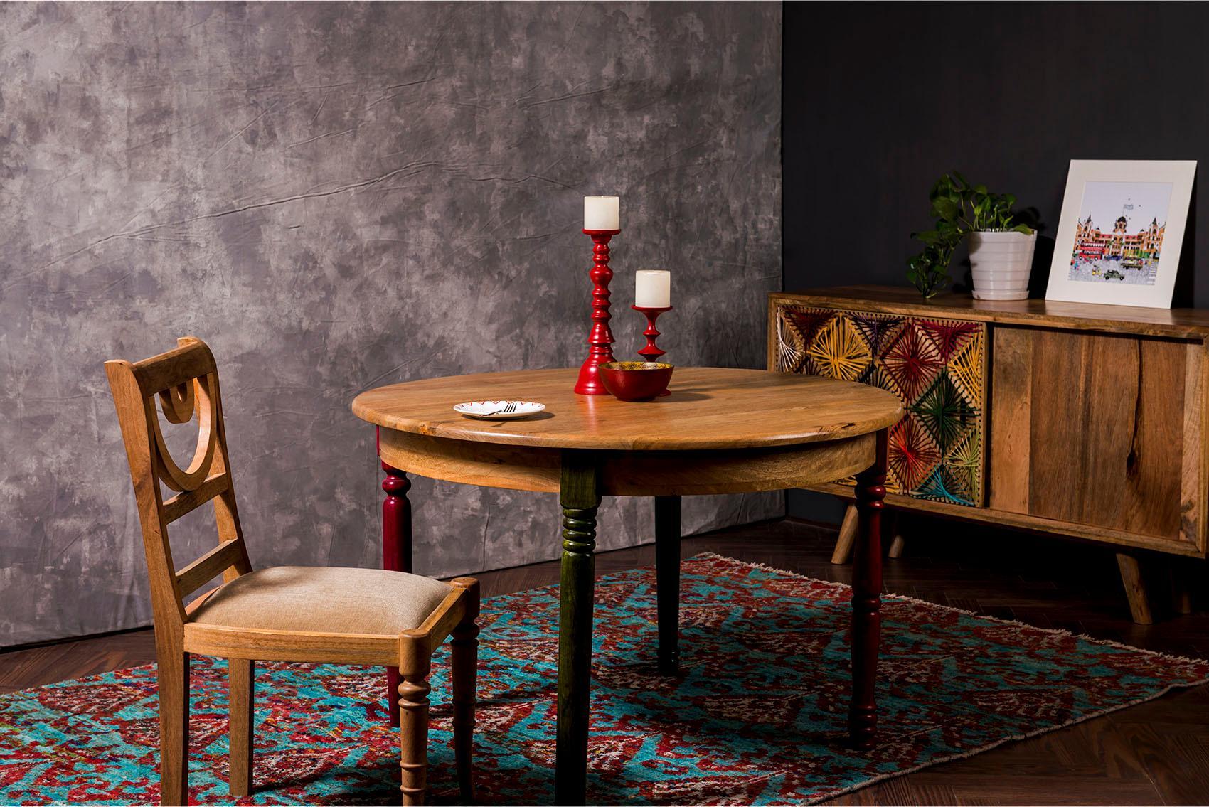 Esstisch Fiore mit runder Tischplatte und jeweils unterschiedlich farbigen Tischbeinen