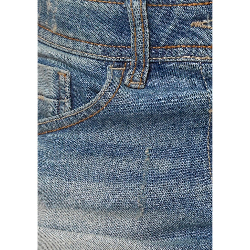 Arizona Jeansshorts, mit aufwendigen Details und offenem Saum