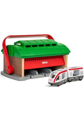 BRIO® Spielzeugeisenbahn-Gebäude »BRIO® WORLD Mitnehm-Lokschuppen mit Reisezug«,... kaufen