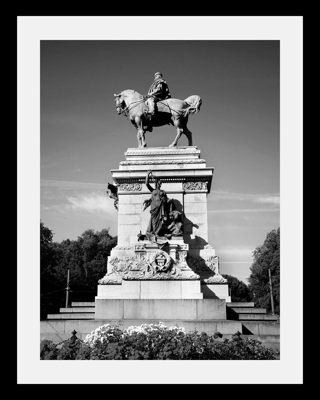 Bild mit Rahmen »Statue« in 3 Größen | Dekoration > Bilder und Rahmen > Bilder | Schwarz