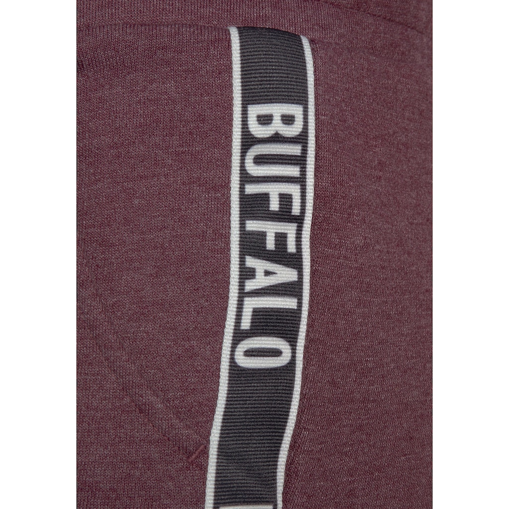 Buffalo Sweatshorts, mit bedruckten Tapestreifen an den Seiten